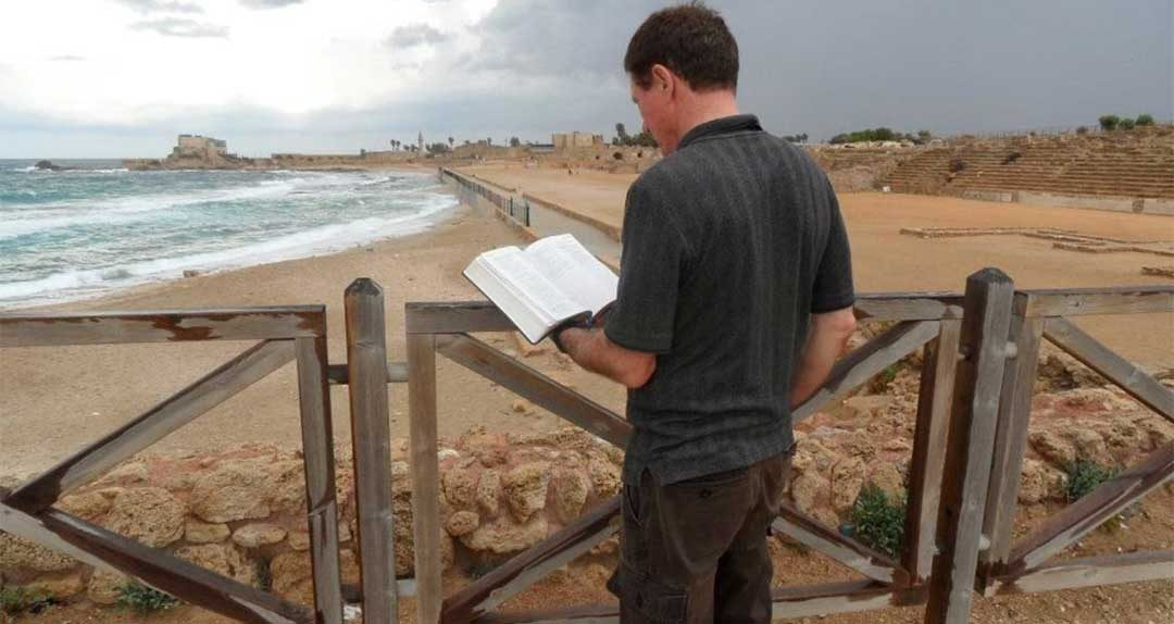 Leonard Alt reading the bible